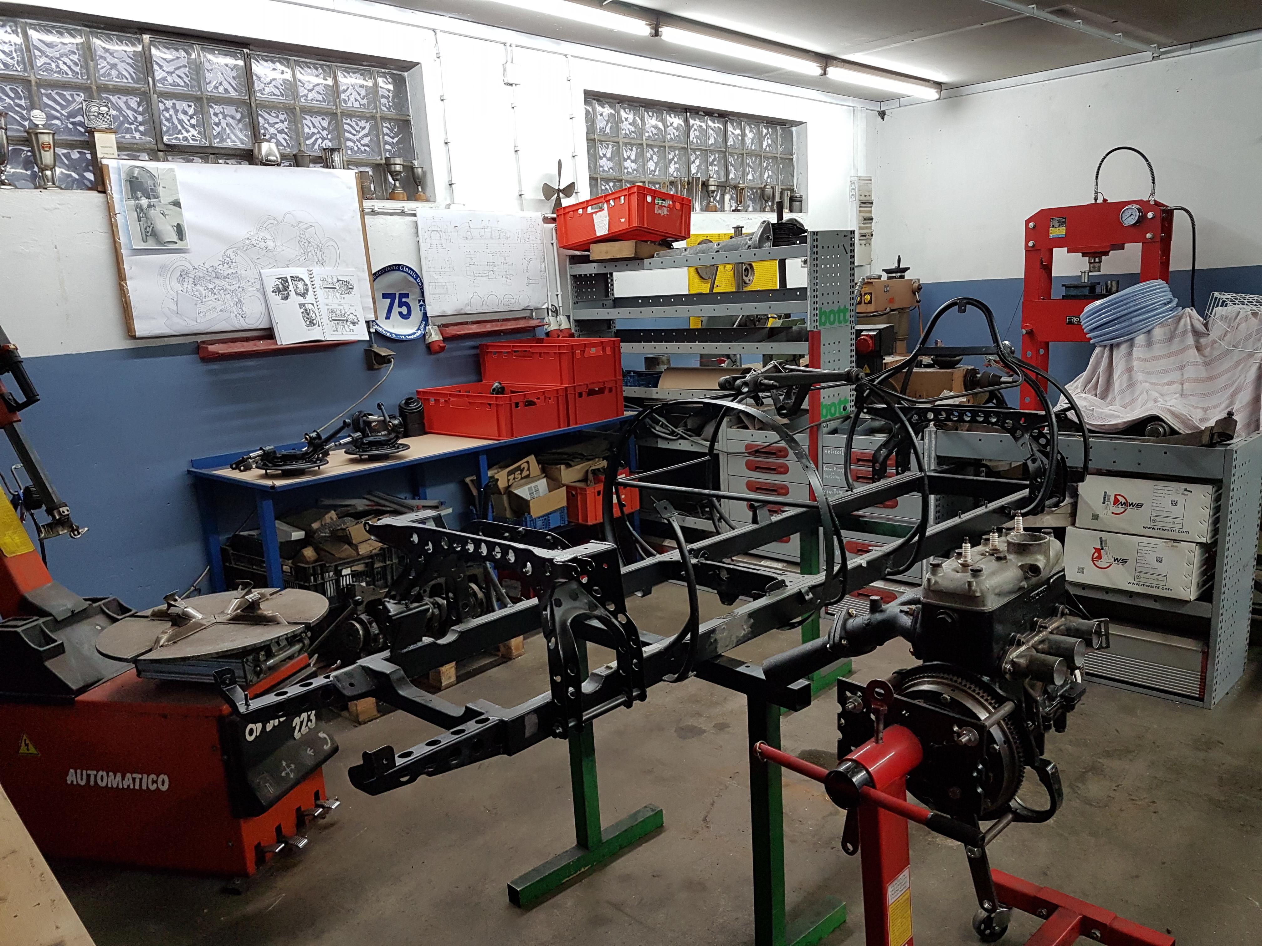 Scuderia Hartmann-Anlieferung von Rahmen, Motor und Teilen bei der Fa. Strohhammer in Kammer