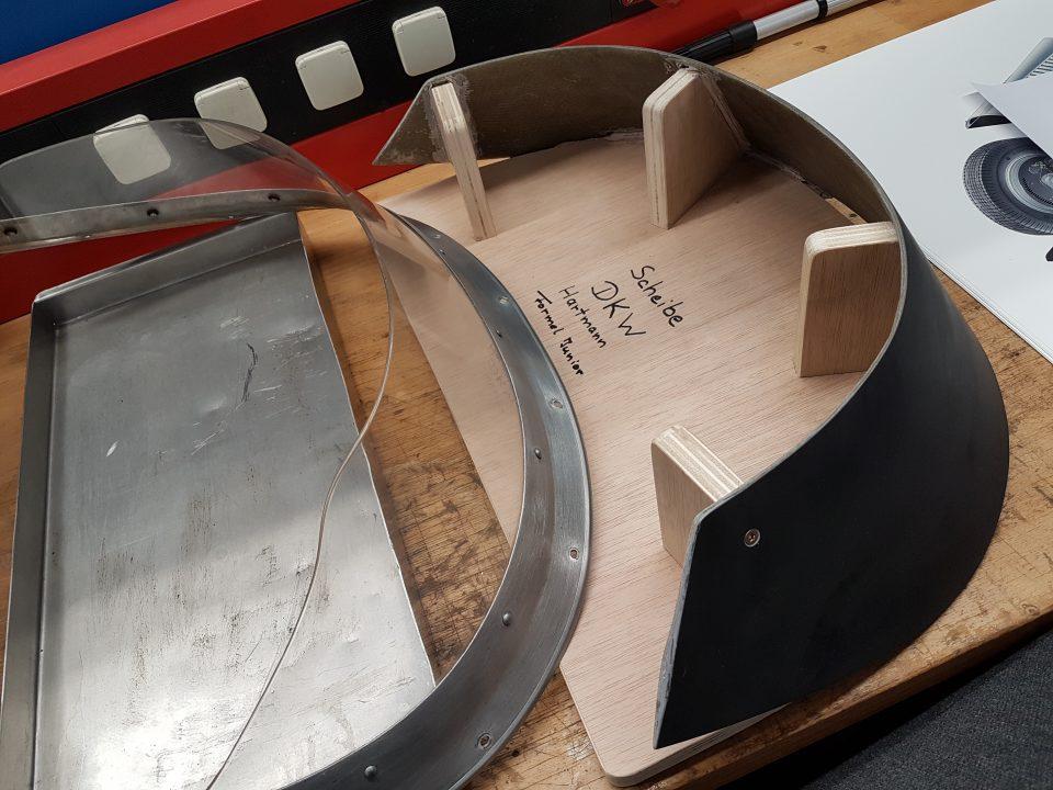 Scuderia Hartmann-Audi Tradition hat ein Holzmuster der Scheibe anfertigen lassen-danach wird die Frontscheibe gegossen