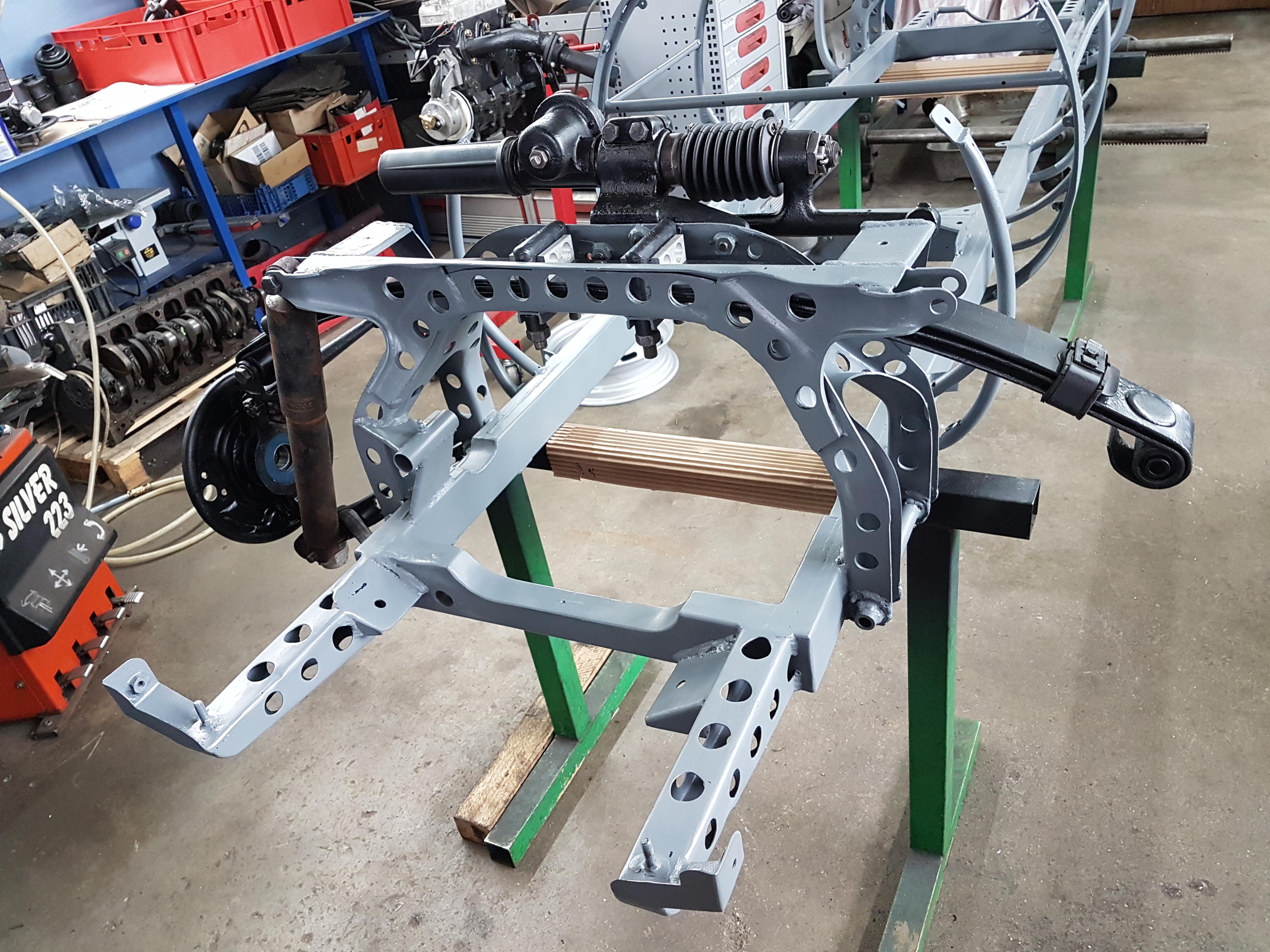 Scuderia Hartmann-Rahmen lackiert, Lenkgetriebe und Achsteile werden montiert