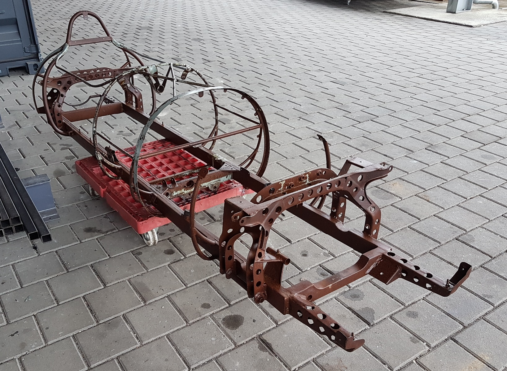 Scuderia Hartmann-Anlieferung des Rahmens bei Carblast