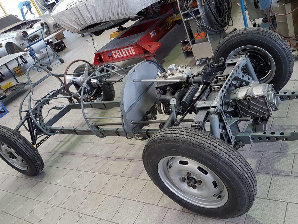 Scuderia Hartmann-Anlieferung des rollfähigen Chassis bei der Fa. Martelleria für die weiteren Karosseriearbeiten