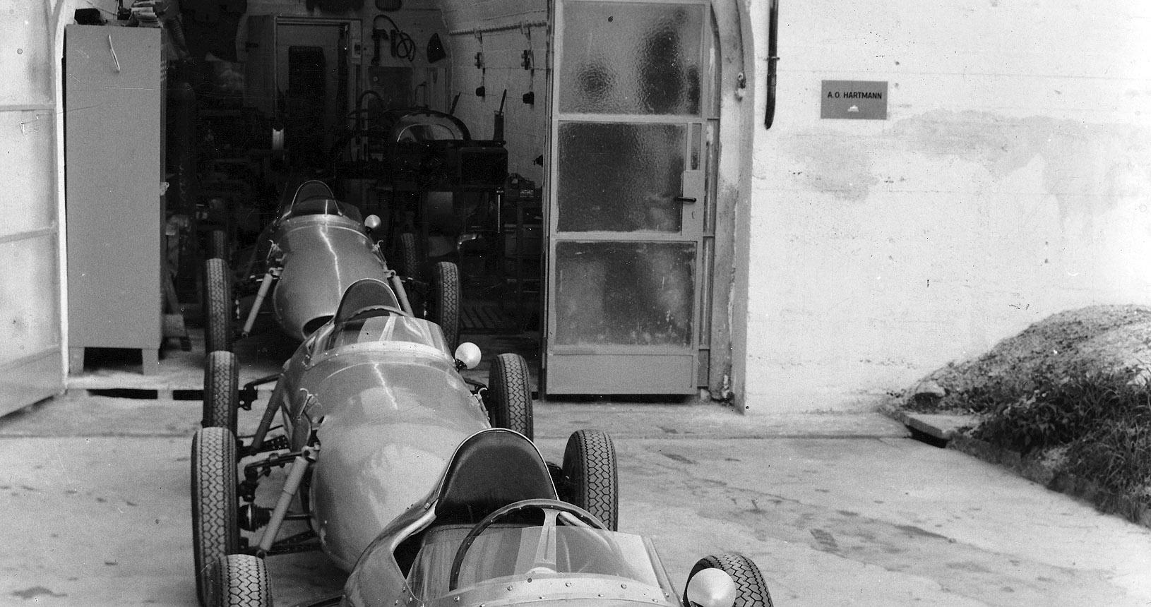 Scuderia Hartmann-Formel-Junior-Wagen vor der Berchtesgadener Werkstatt